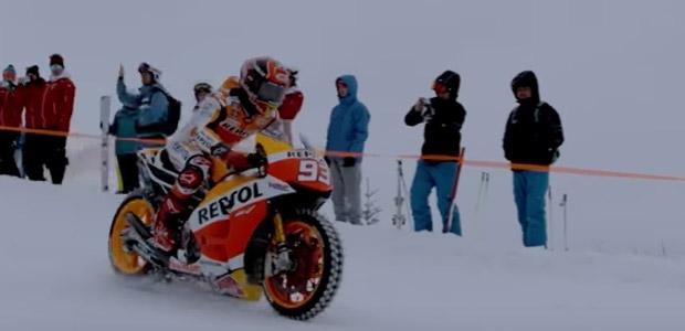 バイクで雪山を滑走する「マルク・マルケス」
